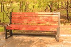 Banco de parque de madera con gotas de lluvia Imagen de archivo libre de regalías
