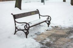 Banco de parque del paisaje de la nieve del invierno imágenes de archivo libres de regalías
