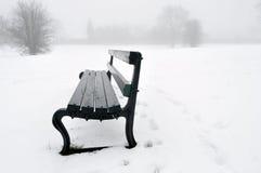 Banco de parque en la nieve Fotografía de archivo