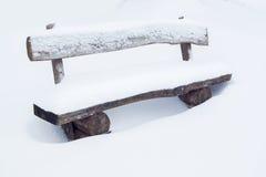 Banco de parque en la nieve Foto de archivo libre de regalías