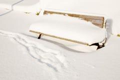 Banco de parque en nieve Foto de archivo libre de regalías
