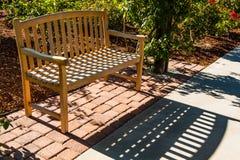 Banco de parque de madera en Rose Garden Fotografía de archivo libre de regalías