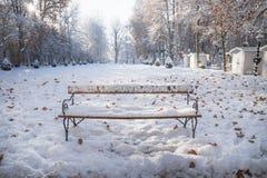 Banco de parque nevado en el parque de Zrinjevac en Zagreb en invierno, Croacia, Europa Foto de archivo
