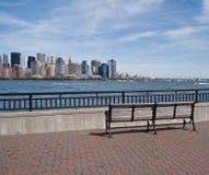 Banco de parque y vista del horizonte de New York City Imagen de archivo