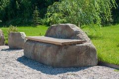 Banco de pedra no parque do verão foto de stock