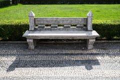 Banco de piedra en un parque de la ciudad Arquitectura del jardín Fotos de archivo