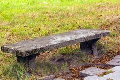 Banco de piedra viejo en parque del otoño Fotos de archivo libres de regalías