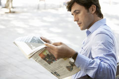 Banco de Reading Newspaper On do homem de negócios Imagens de Stock Royalty Free