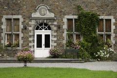 Banco de rejilla antiguo en jardín del monasterio Fotos de archivo libres de regalías
