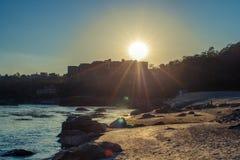 Banco de rio de Ganga com pedras grandes na praia perto da Índia de Rishikesh Uttharakand Foto de Stock
