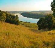 Banco de rio perto de Polenovo, Rússia, verão imagens de stock