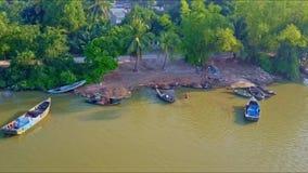 Banco de rio próximo da vista aérea com barcos e estrada de motor video estoque