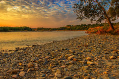 Banco de rio rochoso na manhã Foto de Stock