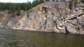 Banco de rio rochoso na montanha em Sibéria de Rússia filme