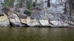Banco de rio rochoso na montanha em Sibéria de Rússia video estoque