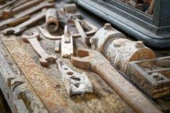 Banco de trabajo viejo por completo de las herramientas averiadas, concepto consumido, llevadas Imagen de archivo libre de regalías