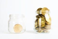 Banco de vidro para pontas com o dinheiro isolado no branco foto de stock