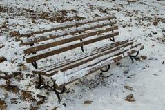 Banco del invierno con nieve Imágenes de archivo libres de regalías