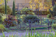 Banco del metallo nel giardino Fotografia Stock