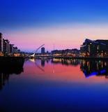 Banco del norte del río Liffey en Dublin City Center en la noche Fotos de archivo libres de regalías