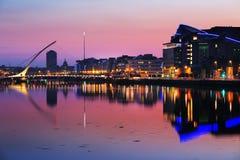 Banco del norte del río Liffey en Dublin City Center en la noche Foto de archivo