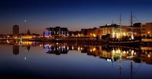 Banco del norte del río Liffey en Dublin City Center en la noche Foto de archivo libre de regalías