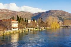 Banco del río de Trebisnjica cerca de la ciudad de Trebinje el día soleado Bosnia y Hercegovina Imagenes de archivo