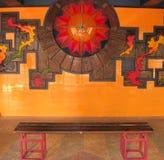 Banco delante de la pared Imagen de archivo libre de regalías