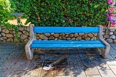 Banco della pietra blu sullo streat fotografie stock libere da diritti