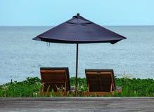 Banco della spiaggia delle coppie Immagini Stock Libere da Diritti