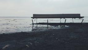 Banco della spiaggia vicino al mare Fotografia Stock Libera da Diritti