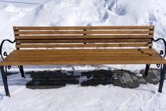 Banco di amore con neve vuota nel parco Fotografia Stock