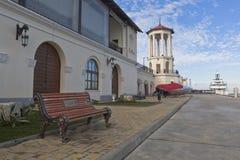 Banco di amore sul territorio della stazione marina in città Soci Immagini Stock