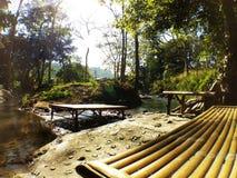 Banco di bambù e chiara acqua fotografia stock libera da diritti