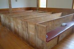 Banco di chiesa americano in anticipo della chiesa Immagini Stock Libere da Diritti