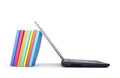 Banco di formazione della pila di libri del computer portatile Fotografia Stock
