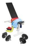 Banco di ginnastica con i dumbbells Immagini Stock Libere da Diritti