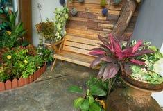 Banco di legno al giardino dell'interno Fotografie Stock Libere da Diritti