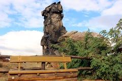 Banco di legno alla parete Teufelsmauer del ` dei diavoli Fotografia Stock