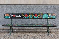 Banco di legno artisticamente dipinto su Avenida Arriaga a Funchal La Madera, Portogallo immagini stock
