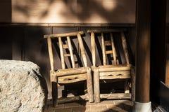 Banco di legno con la vecchia parete Immagini Stock