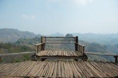 Banco di legno del punto di vista sull'alta montagna Fotografia Stock