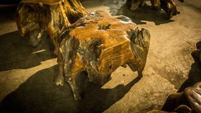 Banco di legno della radice con marrone dorato di colore fatto a mano in Java centrale Indonesia fotografia stock libera da diritti