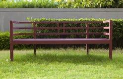 Banco di legno in giardino Immagine Stock