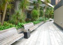 Banco di legno nel giardino fotografie stock libere da diritti