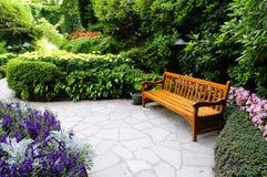 Banco di legno nel giardino di Butchart Fotografia Stock