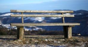 Banco di legno nel paesaggio dell'alta montagna Fotografie Stock Libere da Diritti