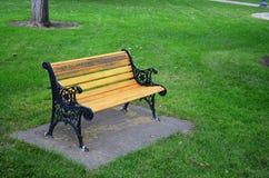 Banco di legno nel parco Fotografie Stock Libere da Diritti