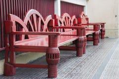 Banco di legno rosso tre immagine stock