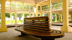 Banco di legno situato al palazzo Fotografia Stock Libera da Diritti